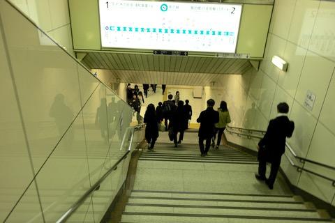 自分の行きたい方向の電車が来てるのか? 階段の上からでは分からない