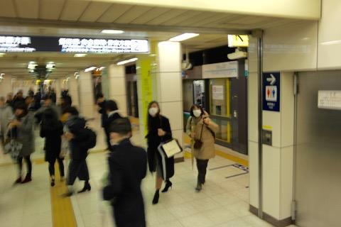 ホームまで降りて初めて分かる。逆向きの電車だった。
