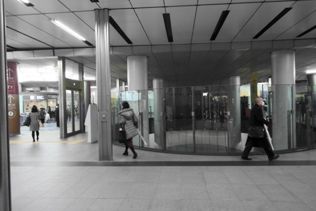 改札階のこのガラスから副都心線ホームがのぞき込めるようになってまして