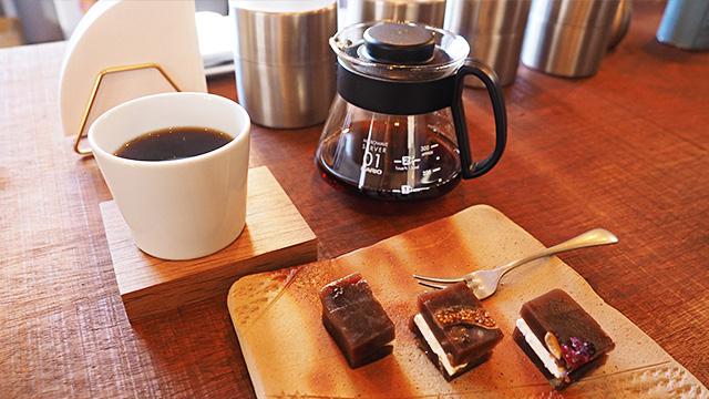 まろやかで飲みやすいコーヒーと、店主手作りのお菓子「羊羹宇宙」(300円)。これ絶対頼んだ方がいいやつ