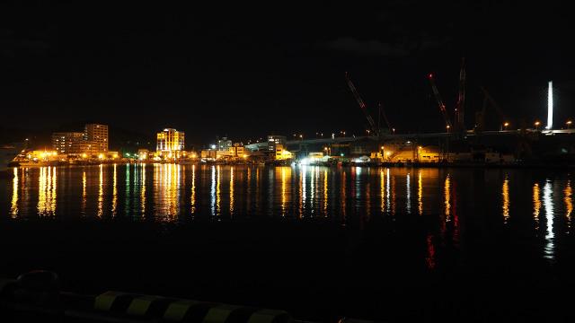 停泊している漁船や造船所がみえる。