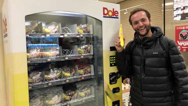 渋谷でバナナの自動販売機を見つけて喜ぶBrian