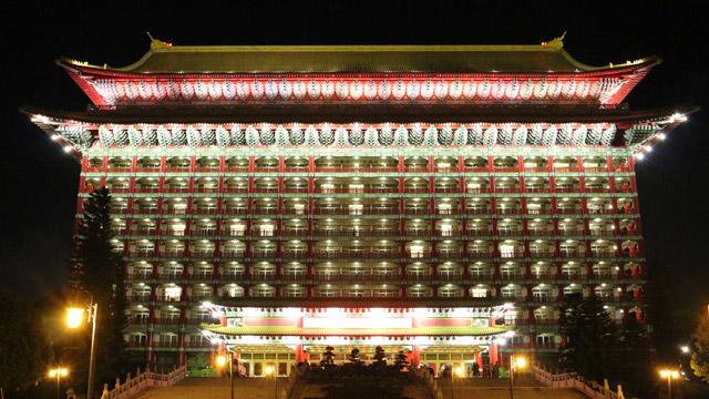 台湾市内のどこからでも見えるあのホテル。遠目から見ると豪華ですが近づいて見ると……もっとすごい!バルコニーの構造も判明しました。