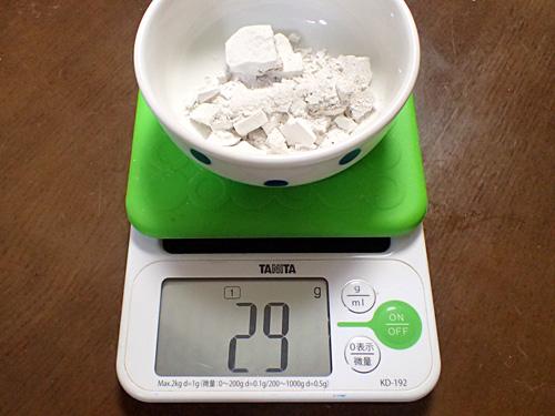 器の重さを抜いて僅か29グラム。あの根に含まれている葛粉は4%以下なのか。そりゃ高級品だよね。