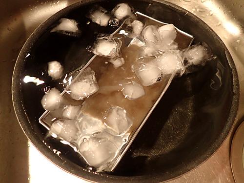 氷水に入れて冷やす。溶けそうで溶けない。