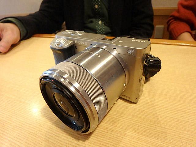 愛用のカメラ。カメラに詳しくないのでよく分からないが多分いいカメラやレンズなのだろう。