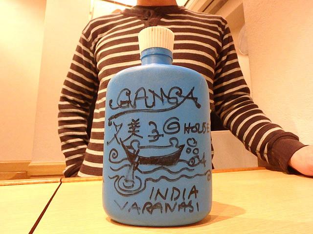 インドの有名なアーティスト(?)が絵を描いた何かのボトル。このボトルを持ってきた人は久美子ではありません。