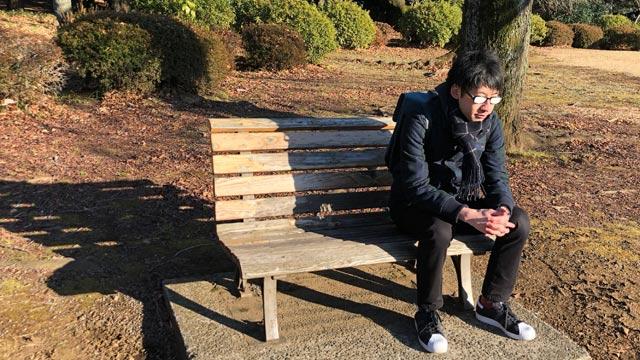ベンチに座り下を向くことで過去を悔いているキャラになれる