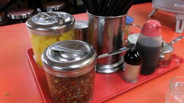 テーブルの上に置かれた数々の調味料たちが食欲をそそる。そして、そこに見慣れないものが。