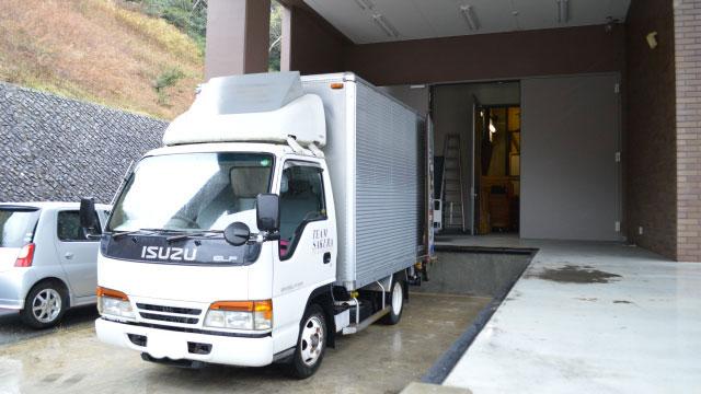 ホール裏側にある機材の搬入口。「搬入口」という言葉も業界人っぽくて好き
