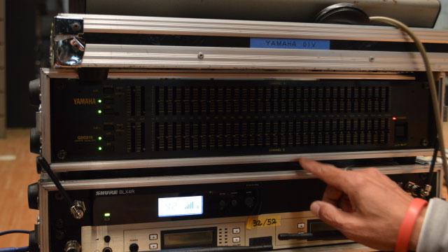 この小さなつまみがたくさん付いている黒い機器がイコライザー。中央には調整対象となる周波数が書いてある