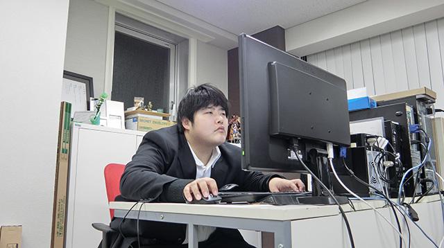 仕事中の江ノ島くん。目つきの悪さよ。