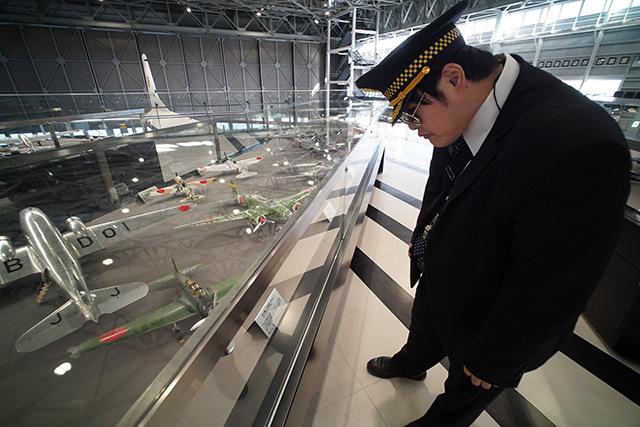 機長はモンスターズインクみたいなシルエット。