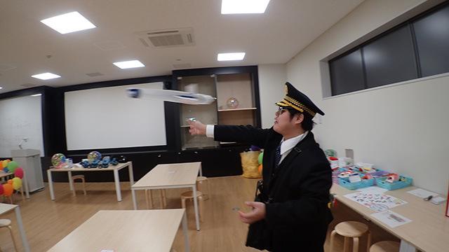 サイエンスラボでは実験を通して飛行機が飛ぶ仕組みを学べます。