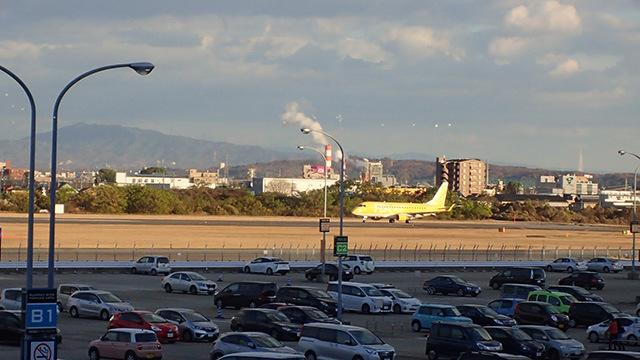 ちょうど中型機が着陸してきたのが駐車場のすぐ脇。