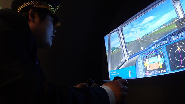 着陸態勢に入る機長。江ノ島くんのこんな真剣な顔を見たのは一緒にラーメン屋行った時以来かもしれない。
