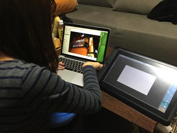 「絵を描く人は液晶タブレットがあるのか」「マウスないんだな…」など作業目線で見るとちょっと異世界でおもしろい……。