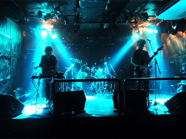 ステージ上では「Galaxy Express 666」というロックバンドが演奏中