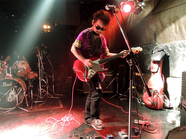 このギターの男性
