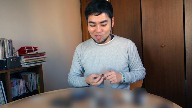 藤村さんは自分の顔で実験して化粧品を選んでくれていた(疲れて見せる、という間違った使い方のため化粧品を隠しています)
