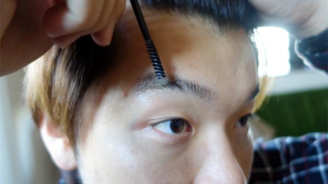 ということで、眉用マスカラを毛の流れに逆らって動かします