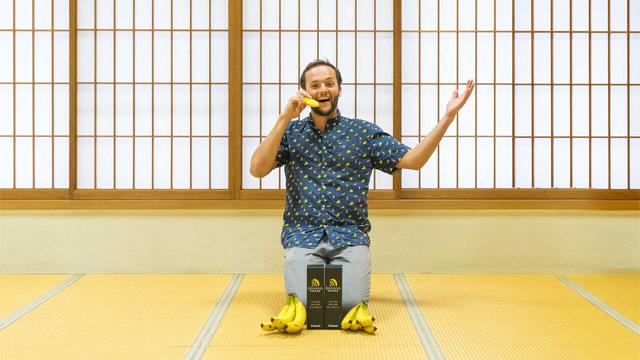 バナナ型の電話を買ったので製作者にメールを送ったら日本で会うことになりました。VISAを退職してバナナフォンで起業してました。