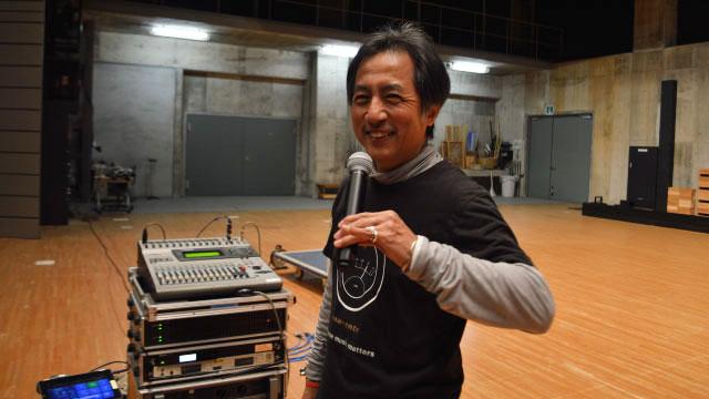 マイクのベストな持ち方は、松山千春さんのようにマイクヘッドを口にくっつけ持ち手の下方を持つスタイルか、口につけるタモリさんスタイル
