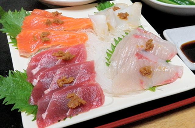 斎藤君は刺身に味噌をつけて食べていた。