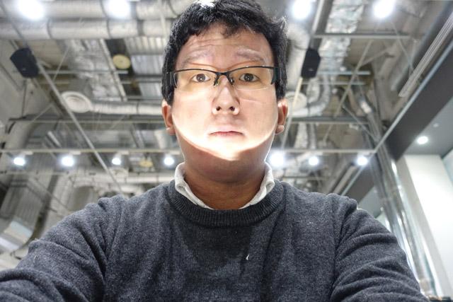 明るい場所で作業していたら、机の上に置いた反射板の性能がよすぎて怖い話みたいになった