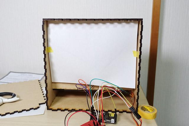 さらに光を反射させるための白い紙を貼る。レフ板みたいなものである