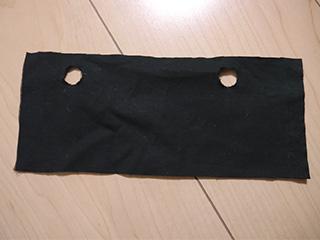 長方形の布に穴をあけたものを