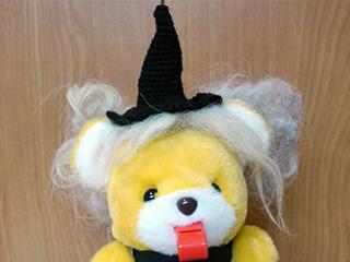 毛糸で編んだ帽子に縫い付けて、カツラっぽいものをつくった