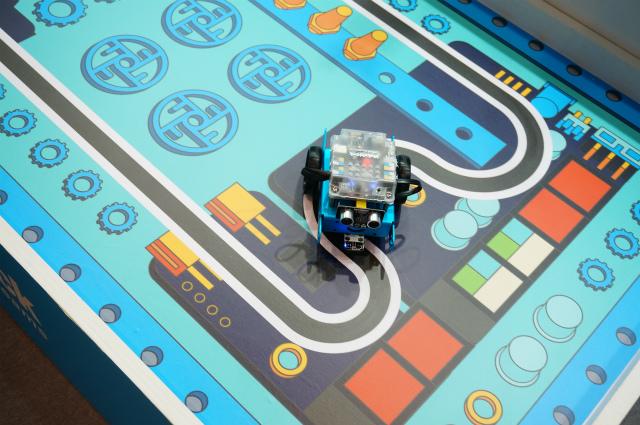ライントレーサーといって、黒い線に沿って進むロボット(こちらの記事より)