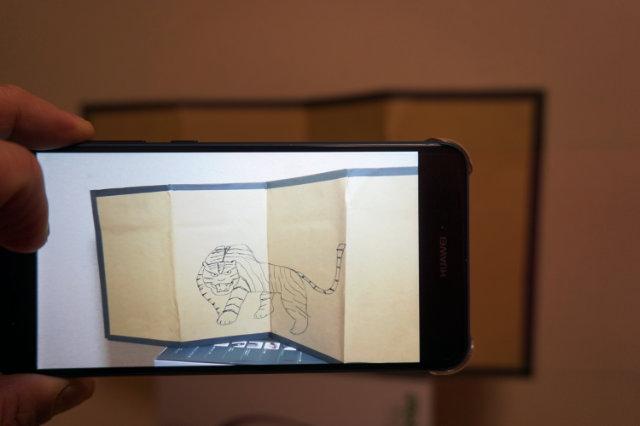 北山文化の屏風が液晶画面に写るのじゃ!イノベーションじゃのう。