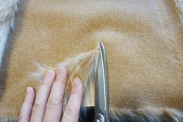 毛足が長いので、飛び散らないようにちびちびハサミを入れよう。