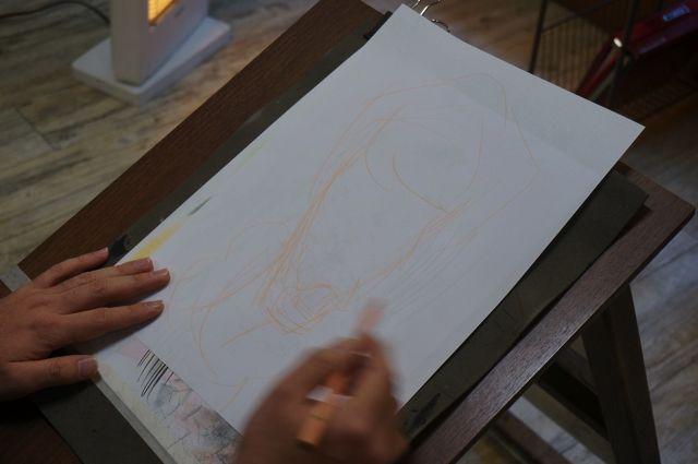 じっくり描く人を観察するのかと思いきや、本間さんは作業にすぐとりかかっていた