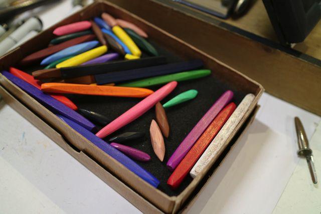 似顔絵に使用されているのは『アートスティック』という道具。色鉛筆の芯だけのようなものらしい。日本では販売されていないので、アメリカから取り寄せているとのこと。