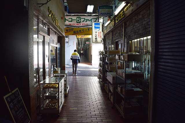 狭い空間に面白い店が次々と現れる