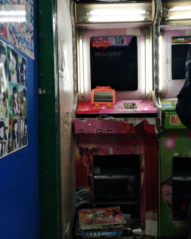 ブレードランナーに出るようなディストピア感ある日本語も混ざるプリクラマシン。
