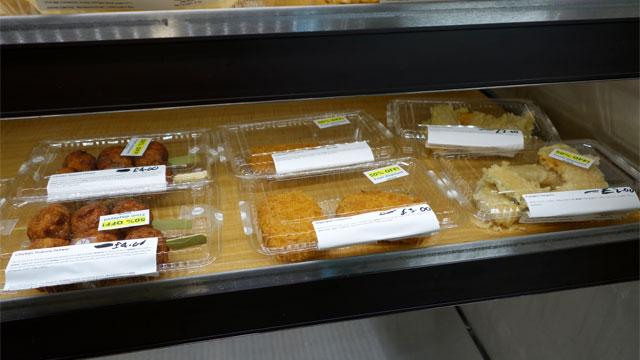 鶏つくね、コロッケ、かぼちゃの天ぷらなどロンドンなのに戸越銀座のようなラインナップ