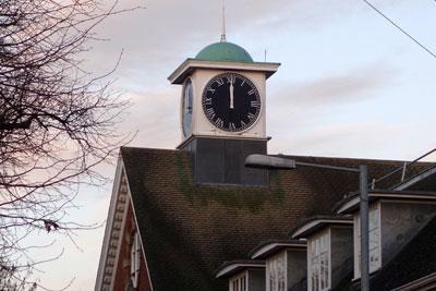 建物の時計は止まっていた