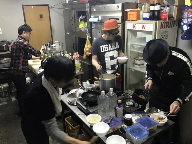 妙に緊張感のあるキッチンブース。手前は麺を茹でる係として呼び寄せた助っ人。ありがとう!