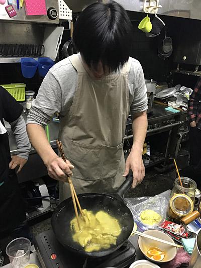仕事の都合で夕方からの参加となったマダラさんが、ラーメンの具となるカレー味のすいとんを作りだした。自由だ。