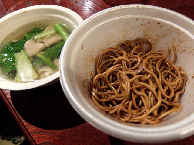 小松ヌンチャク:コンローミー 現地旅情を感じられるマレーシアの和え麺『コンローミー』と、豚肉のスープ『ミースープ』をセットでご提供。小松さんだけに小松菜だ。