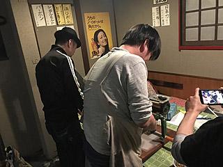 お客さんの製麺が終わった頃、ようやく自分のまかない麺を作る出店者達。