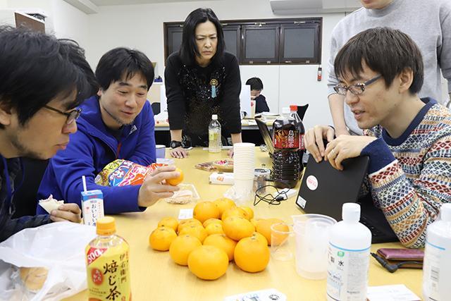 企画会議兼みかん糖度バトルは、ライター松本さんが運営する会社にて行われた。みな、一様にみかんを見る目が鋭い。特に乙幡さん。