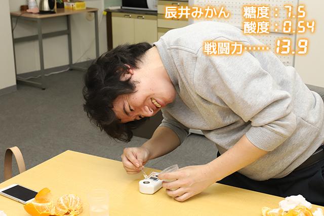 うまくポーズが決まらず、なぜかからだをよじる辰井さん。