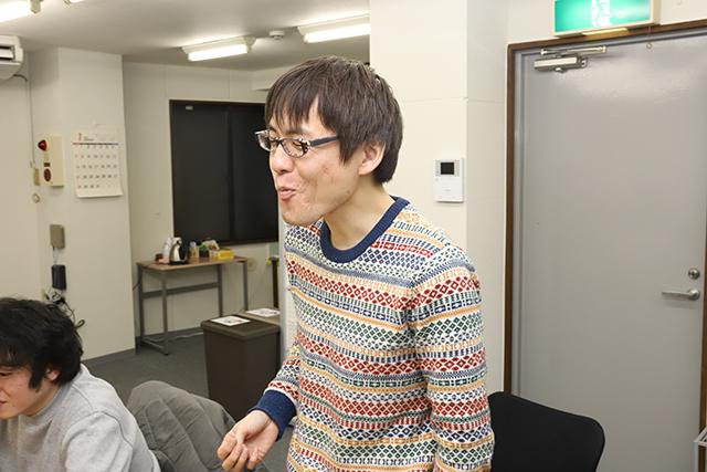 あまりの甘味に顔が緩むDPZ石川さん。高級みかん、そんなに美味いか。