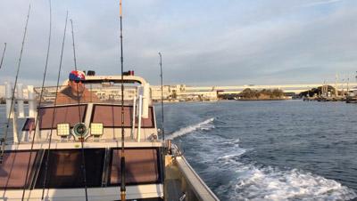顔が切れるような冷たい潮風を受けながら出航。目指すは東京湾の入り口に落ち込む深海底谷。お世話になった船は横浜根岸のKNOT ENOUGH号。