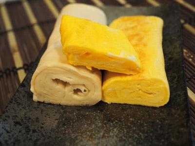 上が鶏卵のみで作ったごく普通の玉子焼き。右下が鶏卵と深海鮫卵が半々のカサ増し玉子焼き。そして左下の白っぽいのが深海鮫卵のみを使った玉子焼き。こうして並べると、二倍にかさ増ししても見た目は意外と変わらないのがわかる。…味はどうだろう。